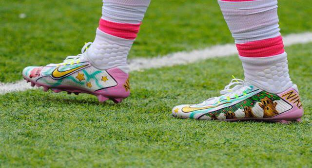 Un jugador de fútbol americano deslumbra en el campo con unas zapatillas personalizadas de Kirby