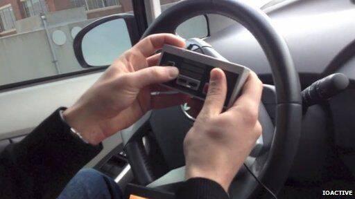 Unos expertos 'hackean' un coche y lo manejan con un mando de NES