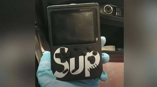 Ladrones de coches con una Game Boy falsa