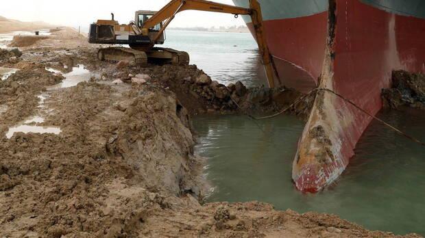 Operadores solucionando el bloqueo del Canal de Suez.
