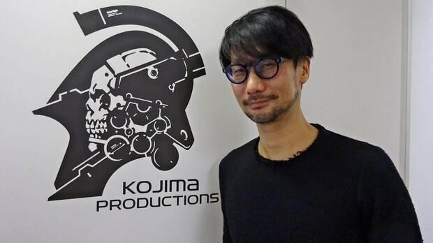 Hideo Kojima con el logo de Kojima Productions.