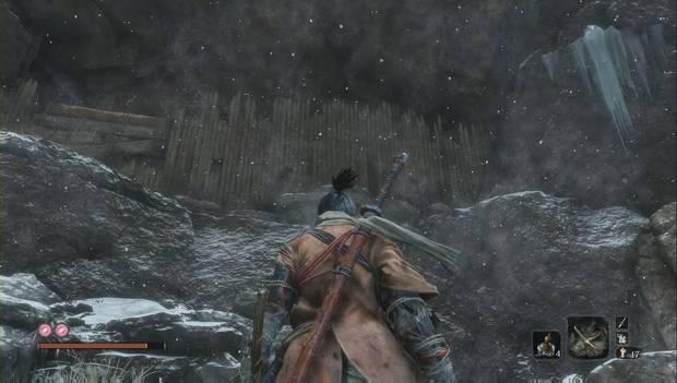 Sekiro - Valle sumergido: empalizada en la pared tras la que se ocultan los enemigos
