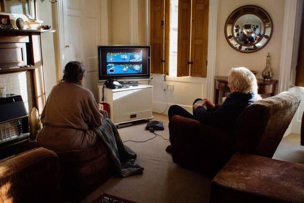 Pareja de ancianos decide quién hace el té jugando Mario Kart