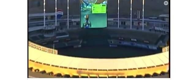 Juegan a Mario Kart 8 Deluxe en la pantalla de un estadio