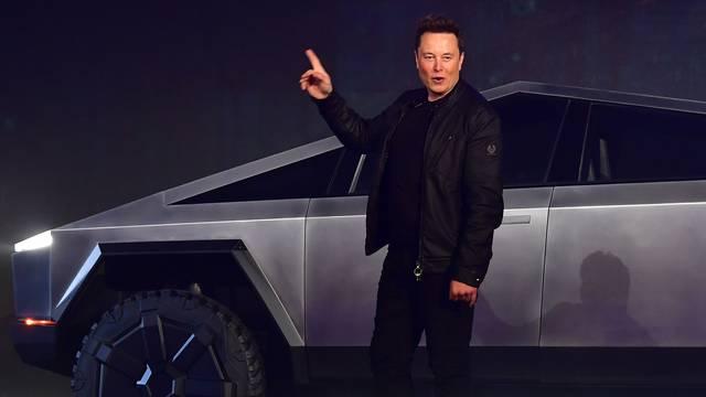 Elon Musk y un Tesla Truck