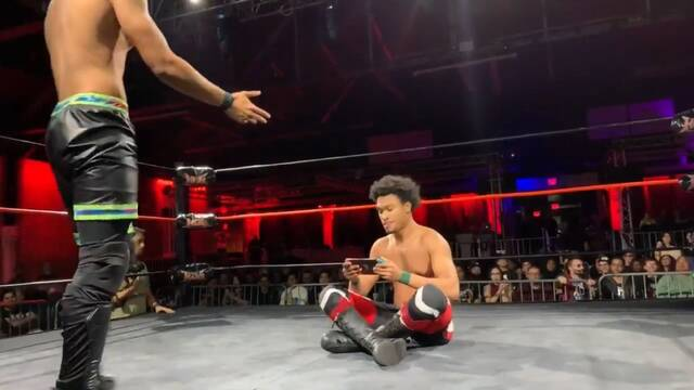Un luchador de wrestling sigue jugando con su Switch dentro del ring