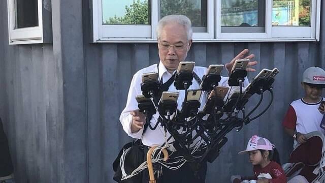 El anciano que jugaba a Pokémon GO con 11 móviles estrena nuevo ingenio