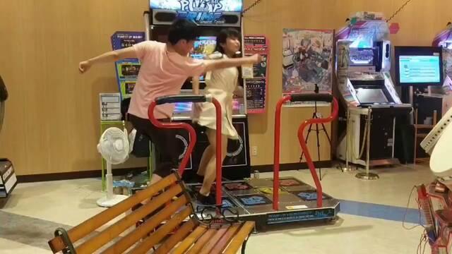 Riri y Penko ensayando su espectacular coreografía en Dance Dance Revolution.