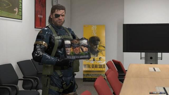 Snake posa con la 'fiambrera Metal Gear'