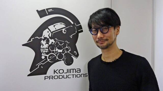 Hideo Kojima con el logo de Kojima Productions, estudio que celebra su quinto aniversario.