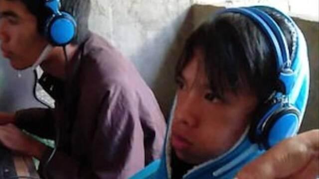 Una madre se ve forzada a darle de comer a su hijo adicto a los videojuegos