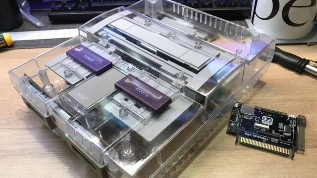 SNES con carcasa transparente.