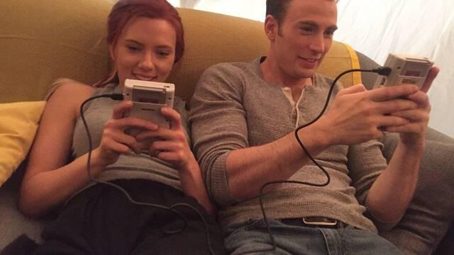 Los Vengadores juegan con Game Boy en sus ratos libres