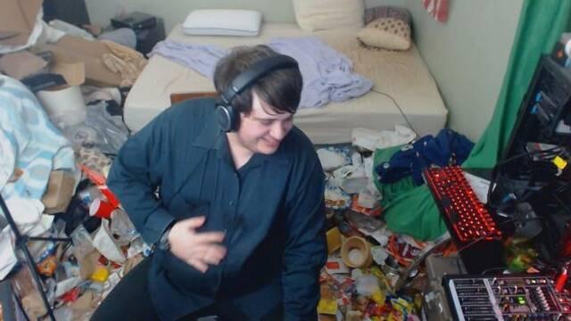 Un streamer no ha limpiado su habitación desde 2005... y la muestra en directo