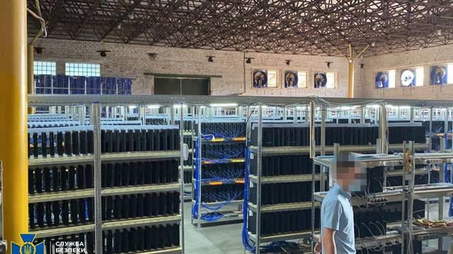 Desmantelan una granja de minería de criptomonedas que usaba 3.800 consolas PS4