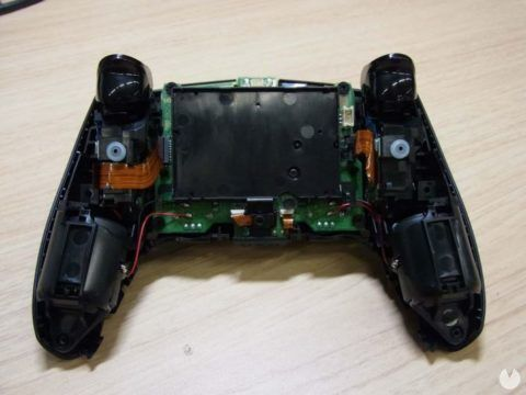 Un DualSense para PS5 de color negro vuelve a aparecer en la agencia reguladora FCC